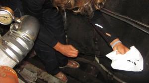Daniela prüft den Ölstand